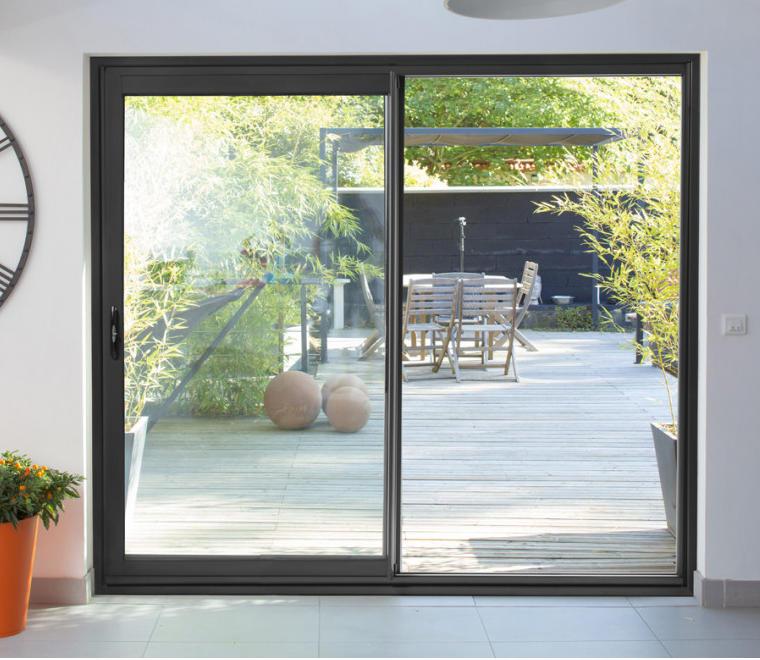 La baie vitrée est une source naturelle de lumière pour plus de confort chez soi
