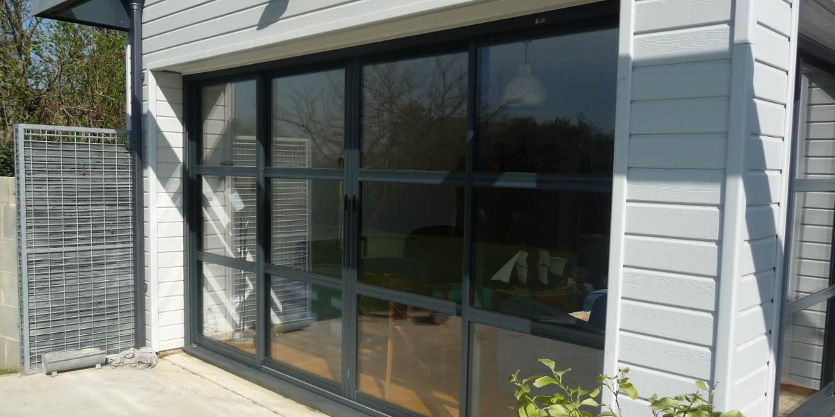 Baie vitrée style verrière, alliance de l'aluminium et de la lumière