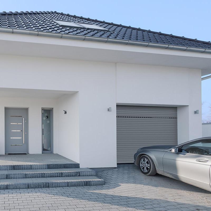La porte de garage enroulable se comporte comme un gros volet roulant en aluminium