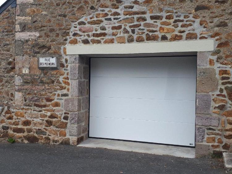 Avec le kit sécurité publique, la porte de garage sectionnelle peut ouvrir directement sur la rue
