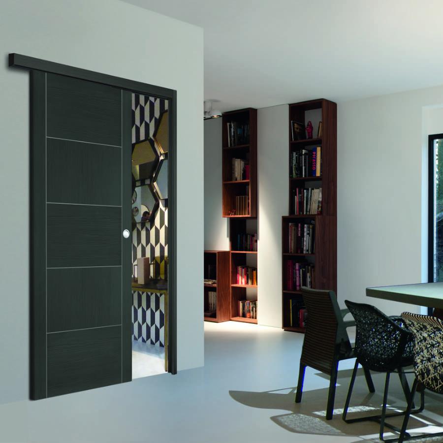 Une porte design et élégante qui se glisse devant le mur