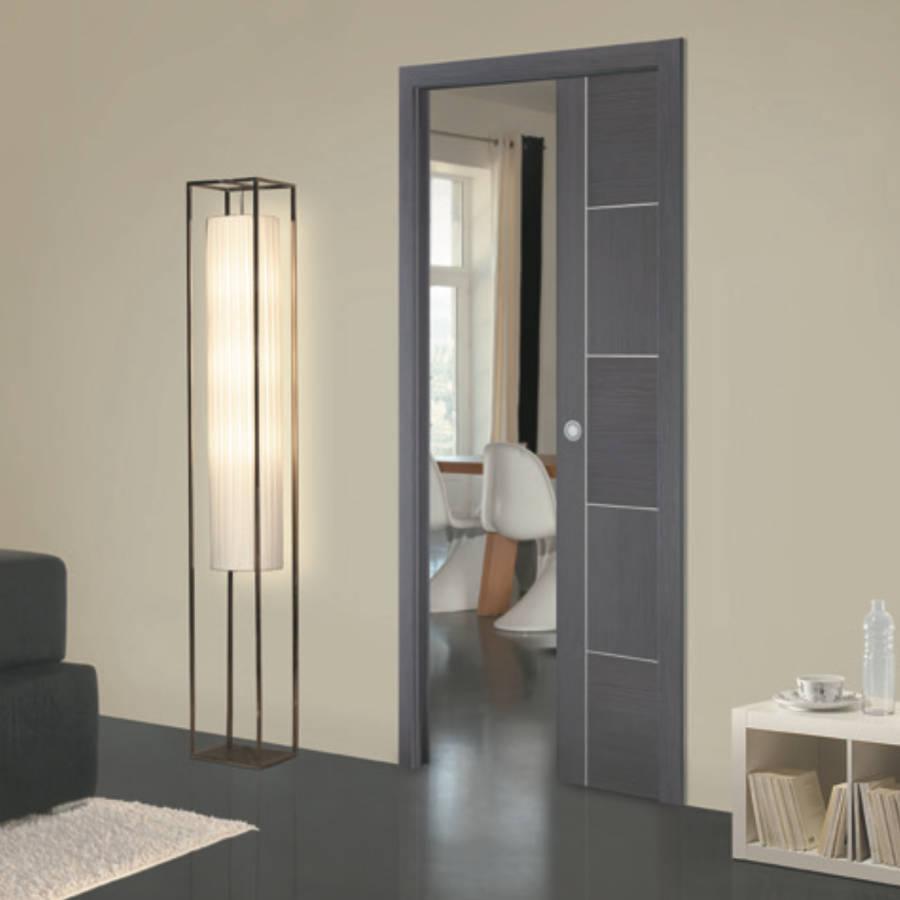 Une porte design et élégante qui se glisse dans le mur